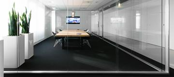 Stormor systems glass partitioning in a meeting room